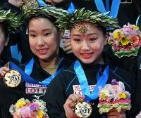 表彰式でメダルを手に笑顔の三原舞依(左)と、樋口新葉=東京・国立代々木競技場で2017年4月22日、手塚耕一郎撮影