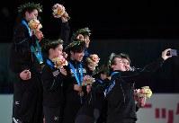 表彰式で集まって記念撮影する優勝した日本の選手たち=東京・国立代々木競技場で2017年4月22日、手塚耕一郎撮影