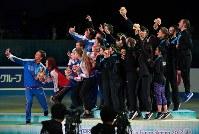 表彰式で集まって記念撮影する日本、ロシア、アメリカの選手たち=東京・国立代々木競技場で2017年4月22日、手塚耕一郎撮影