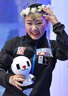 女子フリーの演技を終え、点数を見て笑顔の樋口新葉=東京・国立代々木競技場で2017年4月22日、手塚耕一郎撮影