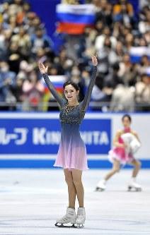 観客の声援に応える女子フリーを制したロシアのエフゲニア・メドベージェワ=東京・国立代々木競技場で2017年4月22日、手塚耕一郎撮影