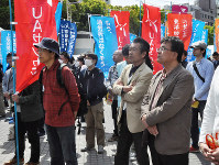 愛知県中央メーデーに集まった労働組合の組合員たち=名古屋市中区の久屋大通公園で2017年4月22日午前10時17分、金寿英撮影