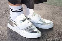 この春トレンドのメタリックカラーを靴で取り入れる人が増えている=日本ファッション協会提供