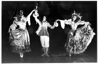 1952年2月に撮影された貝谷バレエ団の写真。舞台上でのあいさつの場面だろうか。左端が町田旬子