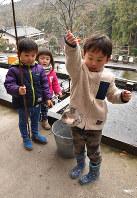釣ったニジマスをその場で食べられ、子どもにも人気だ=埼玉県寄居町風布で