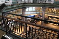 ホテル3階から見下ろす東京駅の丸の内南口コンコース=東京都千代田区丸の内1の東京ステーションホテルで