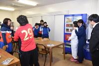 田川署員の指導で護身術を学ぶソフトボールチームの新入部員ら
