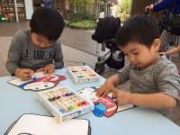 クレヨンで絵を描く子供たち=名古屋市港区のイオンモール名古屋茶屋で