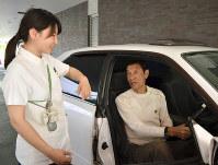 自家用車でイムス板橋リハビリテーション病院を訪れた渡辺清美さん(右)と作業療法士の京友里恵さん=同院で、斎藤義彦撮影