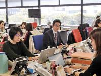 萬代貴也さん(中央)は「仕事の質を問うことが重要」と言う=東京都千代田区の三井住友海上保険本社で、