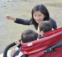 双子の息子たちと公園で触れ合う宮本ゆりこさん=東京都渋谷区で2017年4月3日、五味香織撮影
