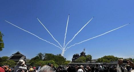 地震復興を祈念して熊本城上空を飛行するブルーインパルス=熊本市中央区で2017年4月23日午前11時38分、津村豊和撮影