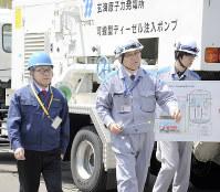 玄海原発を視察する世耕経産相(左)=佐賀県玄海町で2017年4月22日、松尾雅也撮影