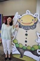 ガルちゃん(右)と部下の藪恵理さん=金沢市昭和町の石川県立音楽堂で、久木田照子撮影