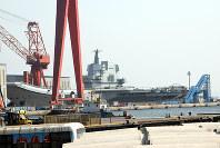 船体はほぼ完成し、進水の日を待つ中国初の国産空母=中国遼寧省大連港で2017年4月23日、河津啓介撮影