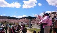 飯舘村の大部分で避難指示が解除されたのを祝って、紅白餅や菓子を投げて振る舞う村民ら=福島県飯舘村伊丹沢で2017年4月23日午前11時56分ごろ、尾崎修二撮影