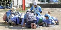 避難訓練で「わんわんのポーズ」を取る保育園児=高知地方気象台提供