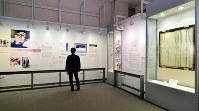 「白壁に残った黒い雨の痕」(右端)の展示も撤去予定という=広島市中区の原爆資料館で、山田尚弘撮影