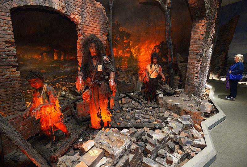 撤去される「被爆再現人形」=広島市中区の原爆資料館で、山田尚弘撮影