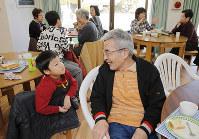 管理組合が運営する「西京極大門ハイツ」の日曜喫茶。マンションや近所の幅広い年代の住民が集う=京都市右京区で2017年2月、三村政司撮影