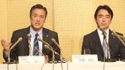 会見で退任理由を説明する玉塚会長(左)と竹増社長