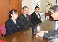守屋守教育長に銅メダルを見せる梶田凪選手(左)=県庁で