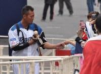 ファンから誕生日プレゼントを受け取る中田選手=千葉県鎌ケ谷市で
