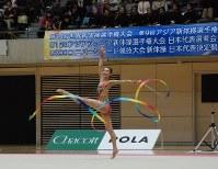 第29回ユニバーシアードの日本代表候補に選ばれた立沢孝菜選手のリボンの演技=高崎市下和田町4の高崎アリーナで