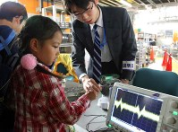磁石を使い原子核の存在を体験する子どもたち=和光市広沢の理化学研究所で