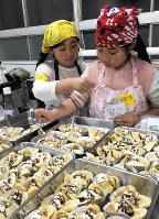 子ども食堂「キタクマ」でデザート作りを手伝う子どもたち=東京都北区で7日