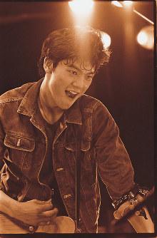 1984年3月15日、新宿ルイードで行われたデビューライブでの一枚。当時18歳。ライブの直前に青山学院高等部を退学していたが、卒業式の日にぶつけて開催した。デビュー前から尾崎さんに密着してきた写真家・山内順仁さんが没後25年をきっかけに素顔がうかがえる貴重な写真を宝島社発行のムックで公開した=(C)山内順仁