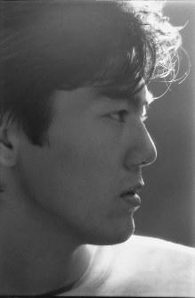 1984年、10代の尾崎豊さんの横顔をモノクロ写真で収めた1枚。当時、カラー写真や笑顔の写真はイメージにそぐわないとして公開されなかったという=(C)山内順仁