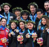 メダルを胸に記念撮影する日本チームの選手たち(中央)