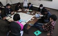 国際会議での発表内容を話し合う中高生ら=宮城県南三陸町で