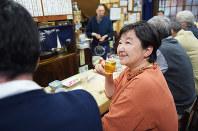 グラスを傾けながら語る作家の森まゆみさん=東京都文京区の居酒屋「岩手屋」で2017年4月18日、藤井達也撮影