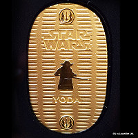 A 10-gram gold coin depicting the Star Wars character Yoda, priced at 132,300 yen (about 1,190 U.S. dollars), is pictured on April 25, 2017. (Mainichi)