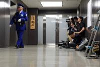 復興庁に集まる報道陣=東京都千代田区で2017年4月26日、竹内紀臣撮影