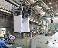 三菱重工が福島第1原発の廃炉に向けて開発中の、オペレーターによって遠隔操作される溶融燃料取り出し用ロボットアーム=神戸市兵庫区で2017年4月25日、大西岳彦撮影