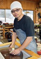 オバタ硝子工房「鬼窯」の小幡祐嗣さん=富山市本宮で、青山郁子撮影