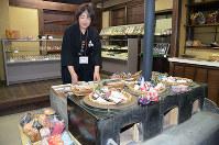昔の農家を復元したコーナーの土間のかまども、組紐売り場になった=三重県伊賀市の伝統伝承館で、大西康裕撮影