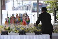事故現場に設けられた献花台には花束を手向ける人たちが相次いで訪れた=兵庫県尼崎市で、川平愛撮影