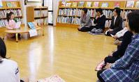 好きな本について発表する小学生(左奥)=大和高田市西町の市立図書館で、藤原弘撮影