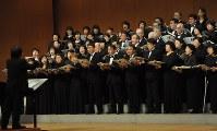 コンサートで歌う団員ら=神戸市中央区の神戸文化ホールで1月、五十嵐撮影