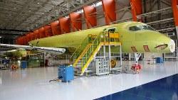 最終組み立て工場で製造されるMRJの6号機(手前)と7号機=三菱航空機提供
