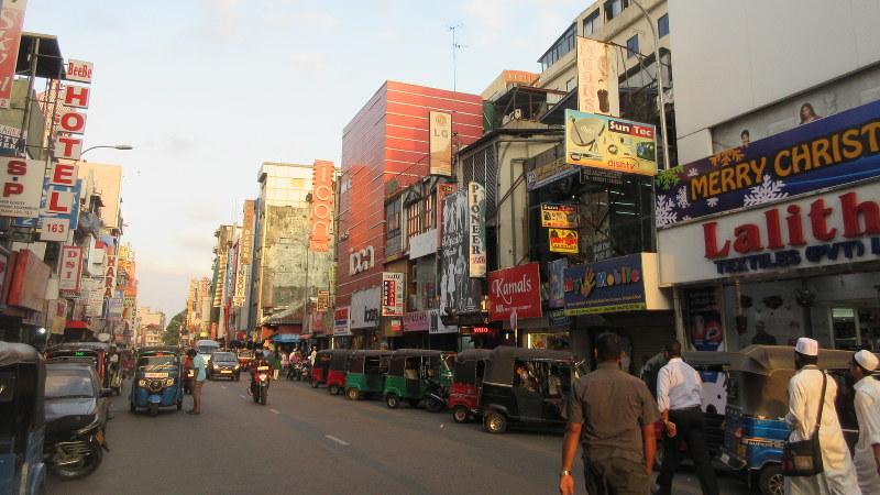 コロンボの商業地区。インドの大都市より渋滞が少なく空気もクリア(写真は筆者撮影)