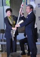オリンピックの旗を蒲島郁夫知事(右)に手渡す東京都の小池知事
