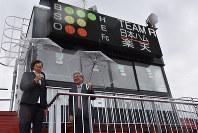 「はるか夢球場」を視察する宇津木麗華監督(左)と葛西憲之市長(右)=弘前市で