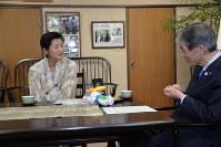 世界マスターズ陸上の三段跳びで、世界記録を達成し、菅谷昭市長(右)に報告する大日向暁子さん=松本市役所で