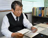 タクシー運転手の運転日報を確認する城山交通の運行管理者=長崎市花園町の城山交通で、今野悠貴撮影