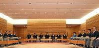 認証式を終え初閣議を前に控室に着席する第3次安倍改造内閣の閣僚たち=首相官邸で2016年8月3日、喜屋武真之介撮影